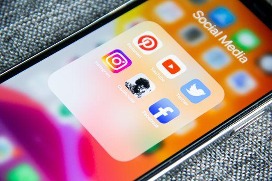 Handy mit Social Media Kanäle